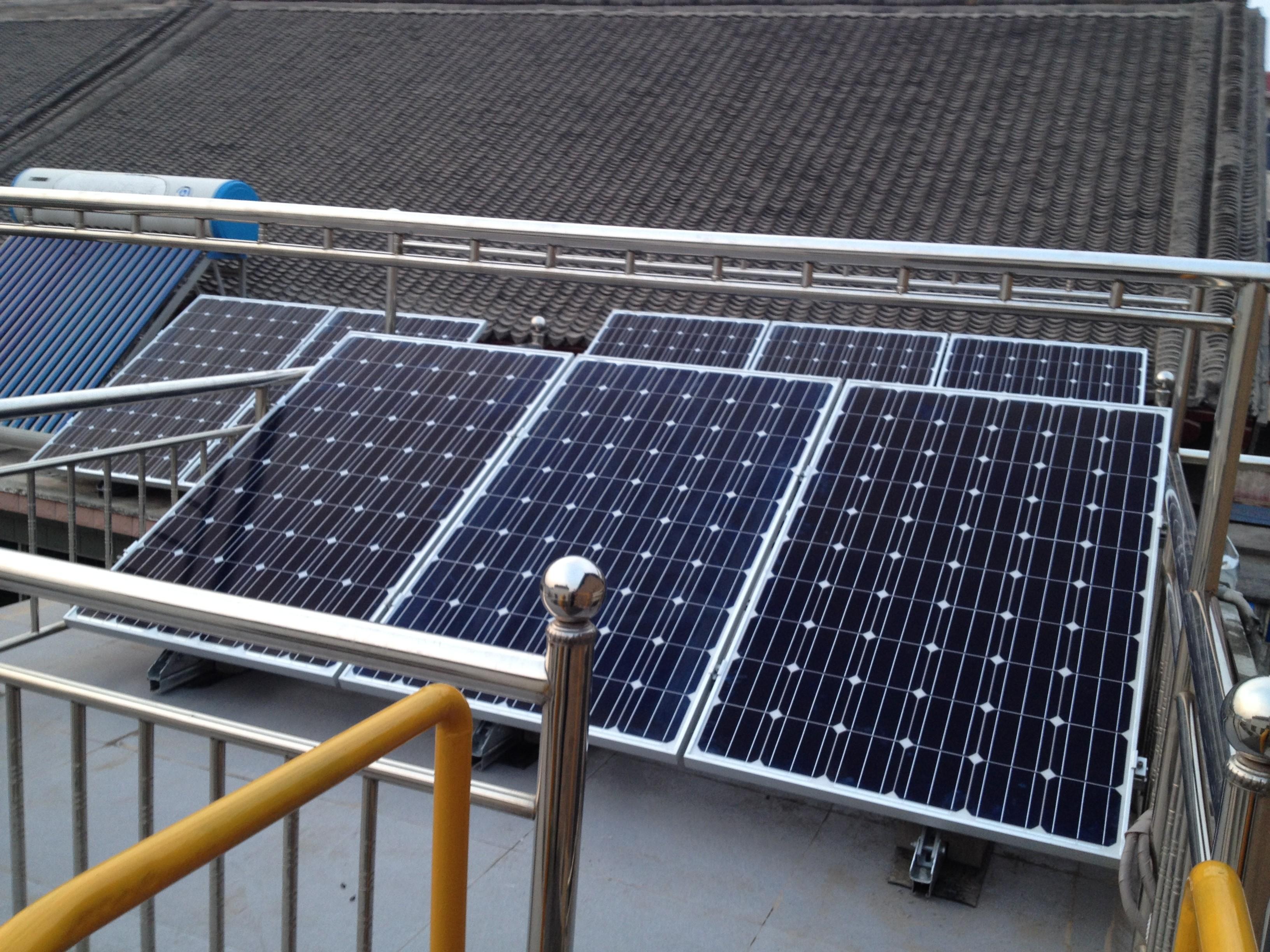 该光伏发电系统光伏电池组件采用单晶硅电池组件,总装机量为2kw.